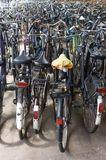 Stationnement de bicyclette au chemin de fer Photo libre de droits