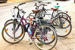 Stationnement de bicyclette, bicyclettes à côté de la maison images stock