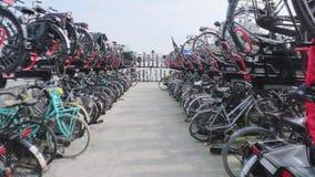 Stationnement de bicyclette d'Amsterdam banque de vidéos