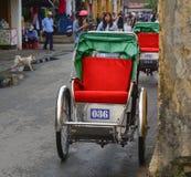 Stationnement de Cyclos sur la rue principale en Hoi An, Vietnam Images stock