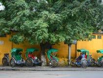 Stationnement de Cyclos sur la rue principale en Hoi An, Vietnam Photos libres de droits