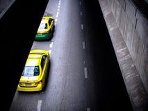 Stationnement de deux taxis se tenant prêt sur la rue Photos stock