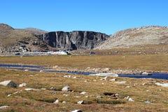 Stationnement de lac summit avec la toundra artic et alpestre Image stock