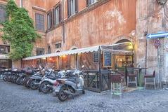 Stationnement de moto à Rome Photographie stock libre de droits