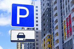 stationnement de panneau routier Photographie stock libre de droits