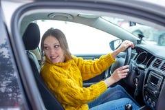 Stationnement de parallèle de femme une voiture ou aller juste à reculons images libres de droits