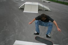 Stationnement de patin : kickflip de frontside photos stock