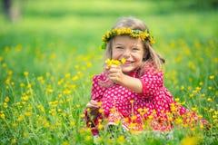 Stationnement de petite fille au printemps Images stock