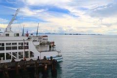 Stationnement de port terminal de bateau de croisière Photo stock