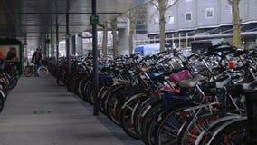 Stationnement de v?lo d'Amsterdam banque de vidéos