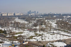 Stationnement de ville pendant l'hiver images stock