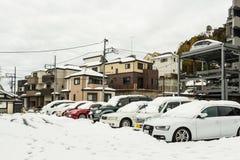 Stationnement de voiture couvert dans la neige Photo stock
