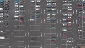 Stationnement de voiture dans de grands magasins avant Bourdon aérien de vue supérieure banque de vidéos