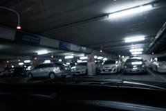 Stationnement de voiture de nuit images libres de droits