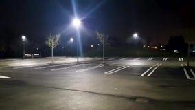 Stationnement de voiture de nuit banque de vidéos