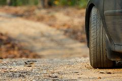 Stationnement de voiture sur la route de /mountain de chemin de terre/route de campagne dans la forêt Photos libres de droits