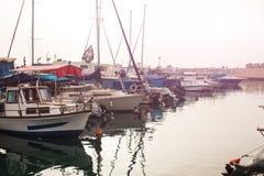Stationnement de yacht dans le port au coucher du soleil Photographie stock libre de droits