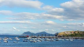 Stationnement des bateaux et des yachts dans la baie Image stock
