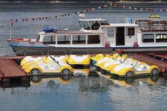 Stationnement des bicyclettes de l'eau sous forme de voiture Les jouets et les attractions sont blancs et jaunes Amusement sur l' photo stock