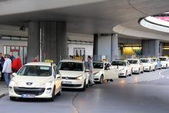 Stationnement des voitures de taxi Photos stock