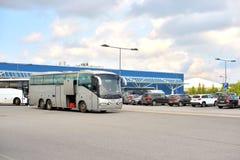 Stationnement du centre commercial avec les autobus de touristes Image libre de droits
