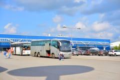 Stationnement du centre commercial avec les autobus de touristes Photo stock