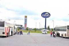 Stationnement du centre commercial avec les autobus de touristes Photo libre de droits