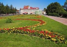 Stationnement et constructions historiques au centre de Tomsk Image stock
