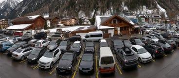Stationnement extérieur à la station de sports d'hiver Images stock