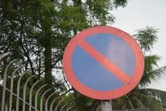 Stationnement interdit de poteau de signalisation pour le genre différent de véhicules images libres de droits