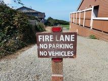 Stationnement interdit de ruelle de feu que véhicule ne signe pas et gravelle images libres de droits