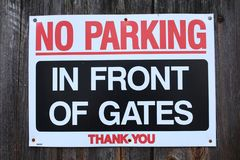 Stationnement interdit devant des portes photos stock
