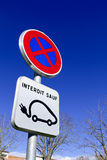 Stationnement interdit excepté des véhicules électriques rechargeant la plaque de rue Image stock