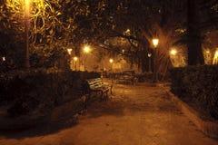 Stationnement la nuit image stock