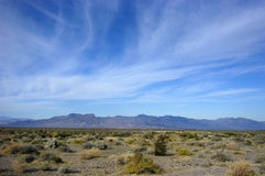 Stationnement national de Death Valley, montagnes dans la distance Images stock