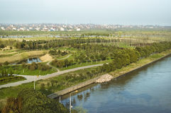Stationnement par le fleuve images stock