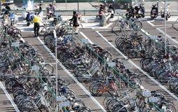 Stationnement ramé de parc-et-tour de bicyclette Photo libre de droits