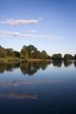 Stationnement reflété dans le lac Photographie stock