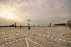 Stationnement-sort vide dans le coucher du soleil Photographie stock libre de droits