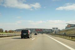 Stationnement towar d'aéroport d'entraînement de voitures dans le bâtiment d'aéroport de Stuttgart Photographie stock libre de droits