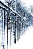 Stationnement urbain snow-covered silencieux en hiver Photographie stock libre de droits