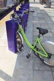Stationnement vert et serrure de bicyclette des manières de marche de ville urbaine Images libres de droits