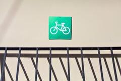 Stationnement vide de bicyclette avec le signe Photographie stock