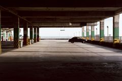 Stationnement vide Une voiture dans le parking photos stock