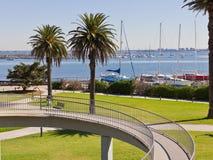 Stationnements et jardins menant à la marina. photos stock