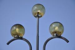 Stationnez les lumières sur le fond du ciel bleu photo stock