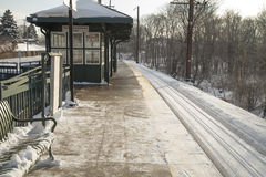 Stationplatform in de winter Stock Afbeeldingen
