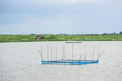 Stations de alimentation à l'exploitation de pisciculture Photo stock