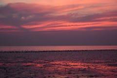 Stations de vacances colorées de mer de coucher du soleil couvertes à Bangkok Photos stock