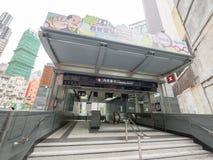 Stationselevatorer för MTR Sai Ying Pun av utgången A1 - förlängningen av ölinjen till det västra området, Hong Kong Royaltyfria Foton